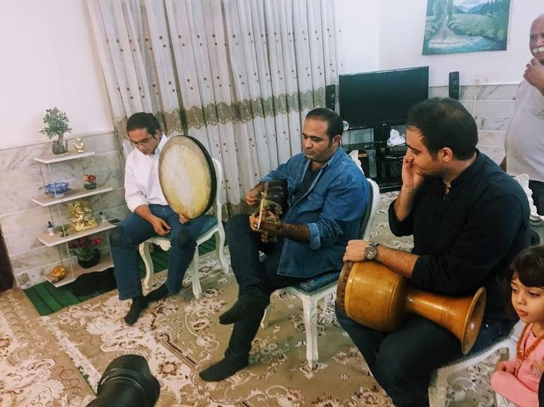 Iranische Gastfdamilie beim musizieren